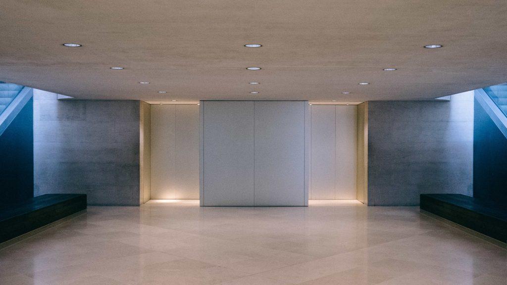 Hall d'ascenseur. Louvre Museum, Paris, France